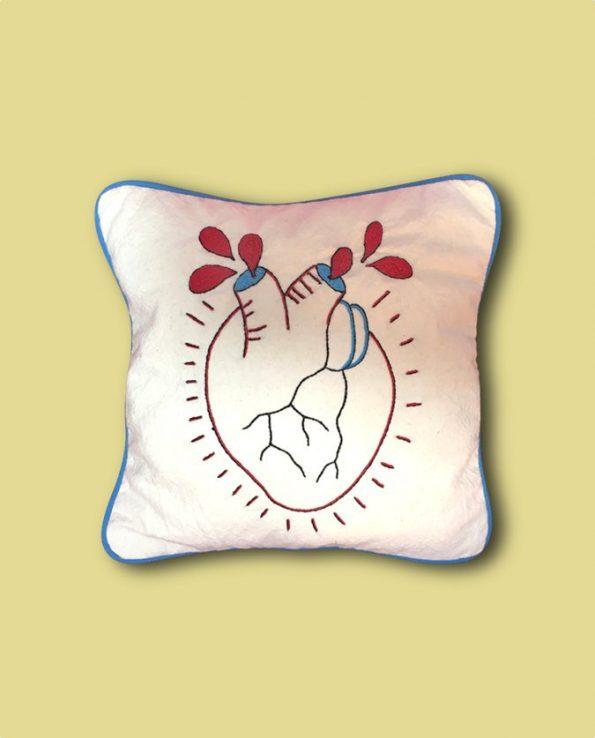 Coussin brodé main coeur anatomique