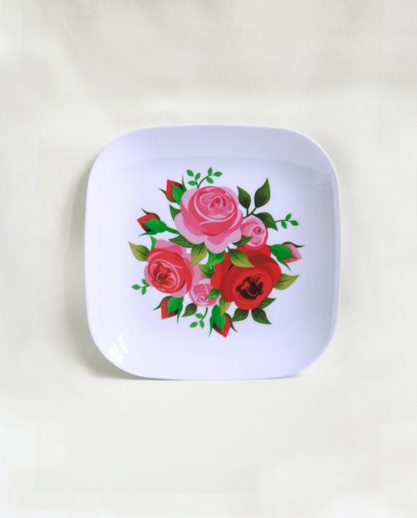 Assiette mélamine carrée motif roses roses et rouges