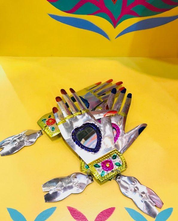Miroir main ex-voto mexicaine avec milagros - ensemble
