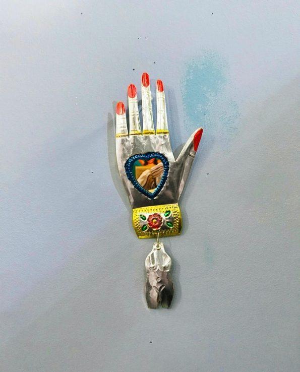 Miroir main ex-voto mexicaine avec milagros - détail1
