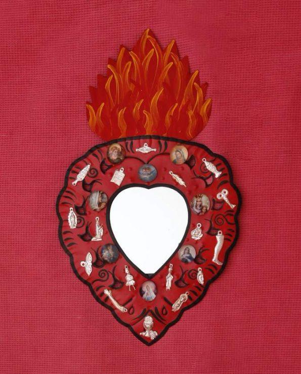 Miroir coeur ex voto mexicain serti de milagros, couleurs rouge