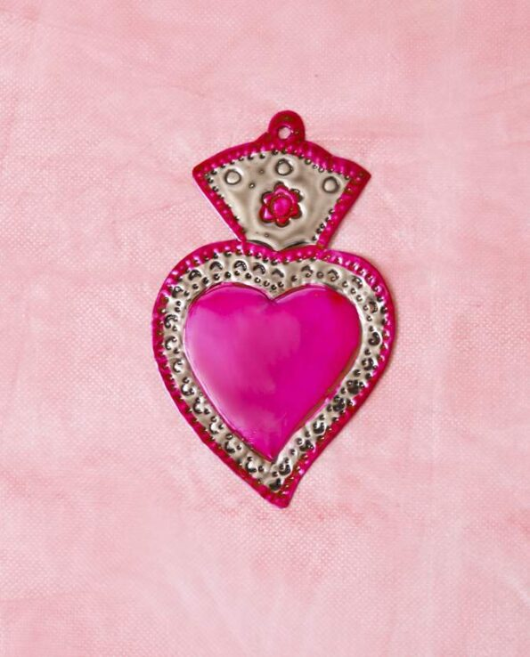 Traditionnel coeur ex-voto mexicain patiné une couleur - rose