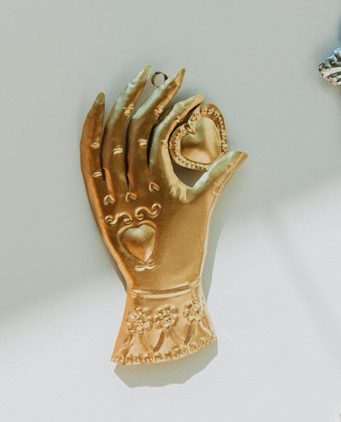 ex voto main conquistador dorée